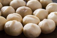 Een handvol pitten van macadamia notenclose-up royalty-vrije stock fotografie