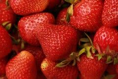 Een handvol rode aardbeien royalty-vrije stock foto's