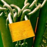 Een hangslot beveiligt een ketting Royalty-vrije Stock Foto