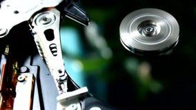 Een Harde schijfaandrijving is open, uit gebroken en rotatie stock video