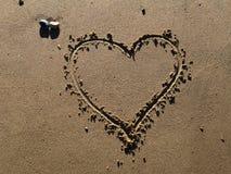 Een hart dat in zand wordt getrokken Stock Afbeelding