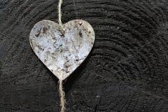 Een hart op houten grond stock afbeelding