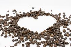 Een hart van geroosterde koffiebonen stock afbeelding