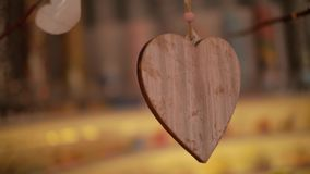 Een hart van hout hangt als een decoratie stock footage