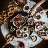 Een hartelijk familieontbijt bij de rondetafel Royalty-vrije Stock Fotografie