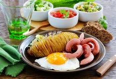 Een hartelijk ontbijt van aardappelen in de schil (harmonika) stock afbeelding