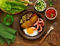Een hartelijk ontbijt van aardappelen in de schil (harmonika) royalty-vrije stock afbeeldingen