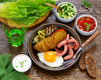 Een hartelijk ontbijt van aardappelen in de schil (harmonika) stock foto's