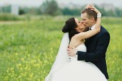 Een hartstochtskus van jonggehuwden in openlucht Royalty-vrije Stock Foto