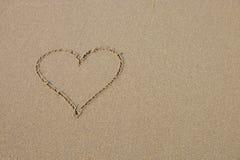 Een hartsymbool op het zandige strand Stock Foto