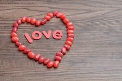 Een hartvorm maakte uit rode geleibonen en de woordliefde royalty-vrije stock foto's