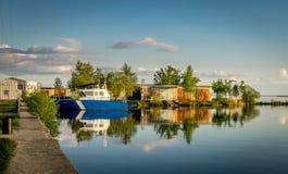 Een haven met een boot en een communicatie toren en garages royalty-vrije stock foto's