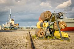 een haven met schepen en oude militaire bommen royalty-vrije stock foto's