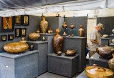 """Een Heer die de Houten Beeldhouwwerken bij de 60ste Jaarlijkse Stoep Art Show †""""Roanoke, VA bekijken stock afbeelding"""