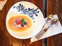 Een heerlijk dessert met kersenjam op de witte plaat Stock Afbeelding