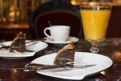 Een heerlijk stuk van cake en glas jus d'orange Kop van koffie royalty-vrije stock afbeelding