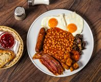 Een heerlijk typisch volledig Engels ontbijt stock afbeelding