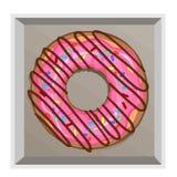 Een heerlijke doughnut in een roze die berijpen met bestrooit en brak chocolade af stock fotografie