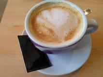 Een heerlijke koffie met melk is klaar royalty-vrije stock fotografie