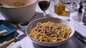 Een heerlijke plaat van spaghetticarbonara stock videobeelden