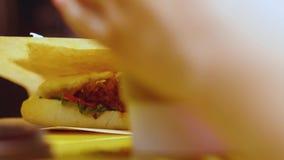 Een heerlijke sandwich met delicatessenwinkelvlees, sla, tomaat, ui en kaas Omhoog geschotene ?lose stock video