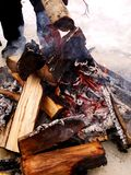 Een heet brand, een brandhout en het maken van rode steenkolen en sintels stock afbeeldingen