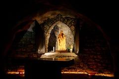 Een heiligdom van heilige Barbara in een donker hol stock foto