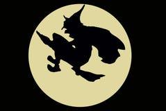 Een heks met de bezem die over de maan vliegt Stock Foto