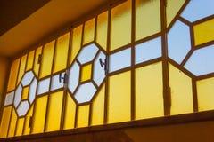 Een helder en geometrisch glasvenster Stock Foto