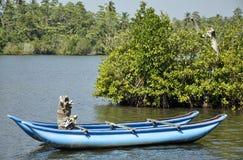 Een heldere blauwe boot liep prachtig op een meer vast Royalty-vrije Stock Foto's