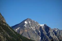 Een heldere blauwe hemel in de rotsachtige bergen Royalty-vrije Stock Foto's