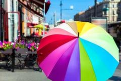 Een heldere gekleurde paraplu op Nevsky Prospekt, heilige-Petersbu Stock Foto's