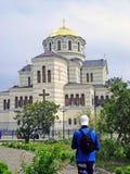 Een heldere kerk en een lange mens in een voorgrond Royalty-vrije Stock Foto's