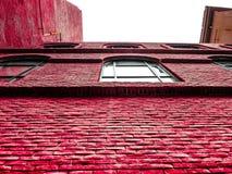 Een heldere rode muur royalty-vrije stock afbeeldingen