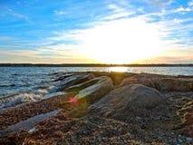 Een heldere rotsachtige kust Stock Afbeelding