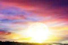 Een heldere zon in de hemel Zonne ochtend Stock Afbeelding