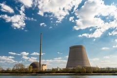 Een helft-ontmantelde kern atoomschoorsteen tegen een blauwe hemel met wolken in mulheim-Karlich in West-Duitsland, op de Rijn-ri royalty-vrije stock foto
