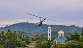 Een helikopter die van vliegveld opstijgen royalty-vrije stock afbeeldingen