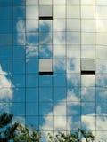 Een hemel in een gebouw wordt weerspiegeld dat Stock Foto