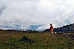 een herder die van schapen zich op een heuvel in nevelig weer bevinden royalty-vrije stock foto's