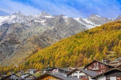 Een herfstscène in Saas-Prijs Zwitserland royalty-vrije stock foto's