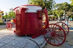 Een herinneringspunt in de vorm van een gestileerde bus op de centrale straat van Knyaz Boris I in de oude stad van Pomorie Stock Fotografie