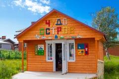 Een herinneringswinkel in het centrum van Solovezki-eiland in Rusland stock afbeeldingen