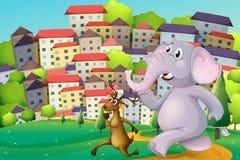 Een hert en een olifant die bij de heuveltop over lange bu lopen Stock Afbeeldingen