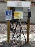 Een het laden post voor elektrische voertuigen in een parkeerterrein stock afbeeldingen