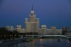 Een het leven huis op Kotelnicheskaya-dijk in Moskou stock afbeelding