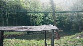 Een het lopen brug over de rivier in de berg Het oude houten bureau vooraan stock video