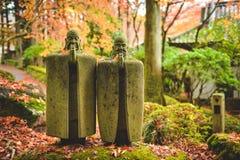 Een het ontspannen beeldhouwwerk bij Choanji-Tempel in Hakone wordt bevlekt die stock foto's