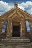 Een het verouderen houten kerk tands richt onder een bewolkte hemel op royalty-vrije stock afbeeldingen