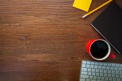 Een het werkruimte met koffie, notitieboekje, potlood, en computer Stock Foto's